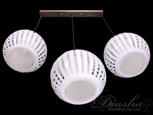 В большой, прямоугольной по форме кухне, очень будет кстати этот 3-х рожковый светильник. Он обладает рядом преимуществ. Во-первых, каждая хозяйка может выбрать тот или иной цвет абажуров, в зависимости от цвета кухонного гарнитура. Во-вторых, регулируемый подвес позволит использовать данную модель на кухне с любой высотой потолка. В-третьих, возможно исполнение каждого плафона со своим потолочным креплением и, при этом, можно произвольно отрегулировать каждый плафон в отдельности. Причем, меняя высоту каждого отдельного плафона, Вы сможете изменить весь внешний вид самого светильника. Также важно знать, что корпус выполнен из металла и стекла, а наружные жалюзи – из прозрачного пластика.