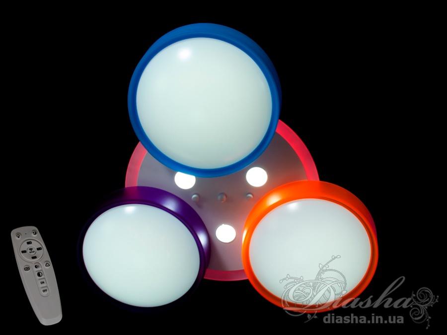 Без преувеличения перед вами лучшая люстра в детскую. Светодиодная люстра которая решает все вопросы по освещению комнаты вашего ребёнка. Яркий основной свет люстры, с возможностью плавной регулировки мощности и цветовой температуры. Удобный ночной режим - вы можете каждый раз оставлять на ночь другой цвет свечения подсветки. В комплекте с люстрой вы получаете современный многофункциональный пульт с димером и управлением всеми режимами работы люстры.Плавная регулировка яркости и цветовой температуры позаботится о хорошем зрении ваших детей. Давно известно что глаза меньше устают если свет равномерен по яркости и цвету. Так же, очень сильно восприятие света зависит от времени суток. Ведь днём солнечный свет имеет более холодный оттенок, но перед закатом солнечный свет окрашивает всё в теплые жёлтые оттенки. Да и особенности нашего зрения заставляют нас по разному воспринимать свет днём и ночью. Использование холодного цвета свечения люстры днём позволяет как бы пронести солнечный свет внутрь детской комнаты.Днём ребенок играет или раскрашивает раскраски - включите не очень ярко холодный свет. Ребёнок садится за уроки - включаем на максимальную яркость среднее свечение. Перед сном напомнит тепло домашнего очага, настроит на более спокойный лад теплое освещение. Ну а на ночь можно оставить люстру в режиме цветной подсветки, и вы решите сразу несколько проблемы известных всем родителям - если ребёнок встанет ночью он не спотыкается об разбросанные игрушки, и в тоже время такая подсветка не отвлечет ото сна и поможет справиться с ночными страхами.В отличие от большинства люстр и настольных ламп представленных на рынке Украины, в этой модели детской светодиодной люстры, при помощи пульта или обычного выключателя, вы можете выбрать комфортное освещение в любое время дня и приятную цветную подсветку ночью.А если учесть что на люстре стоят не бьющиеся плафоны, которые останутся целыми после любых детских шалостей и вы можете легко снять их чтобы помыть, то утверждение что лю