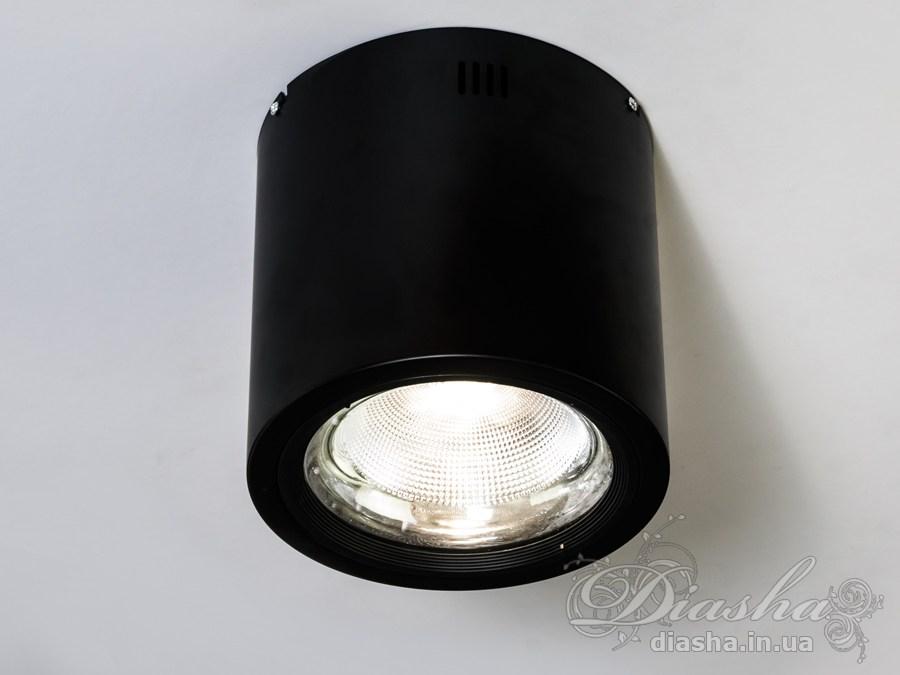 Накладные точечные светильники предназначены для яркого акцентного освещения. Они могут эффектно осветить барную стойку, рабочую поверхность, или к примеру витрину магазина. Строгая стильная форма накладного точечного светильника гармонично вписывается в современные интерьеры. А световой поток с широким цветовым охватом создаёт визуальный комфорт как при освещении солнечным светом, заставляя все краски интерьера играть в полную силу.Накладные LED светильники идеальное дополнение к современным потолочным светодиодным люстрам.Преимущества по сравнению со врезными точечными светильниками:больший диапазон мощностей,нет привязки к диаметру отверстия, при установке можно обойтись полностью без него,не требует гипсокартонного короба, больше нет необходимости опускать потолок для размещения точечных светильников,лучшая вентиляция светодиода - больший срок работы светильника,наличие большого отражателя - более четкое формирование светового потока,большая поверхность люминофора светодиода - ровнее спектр свечения.