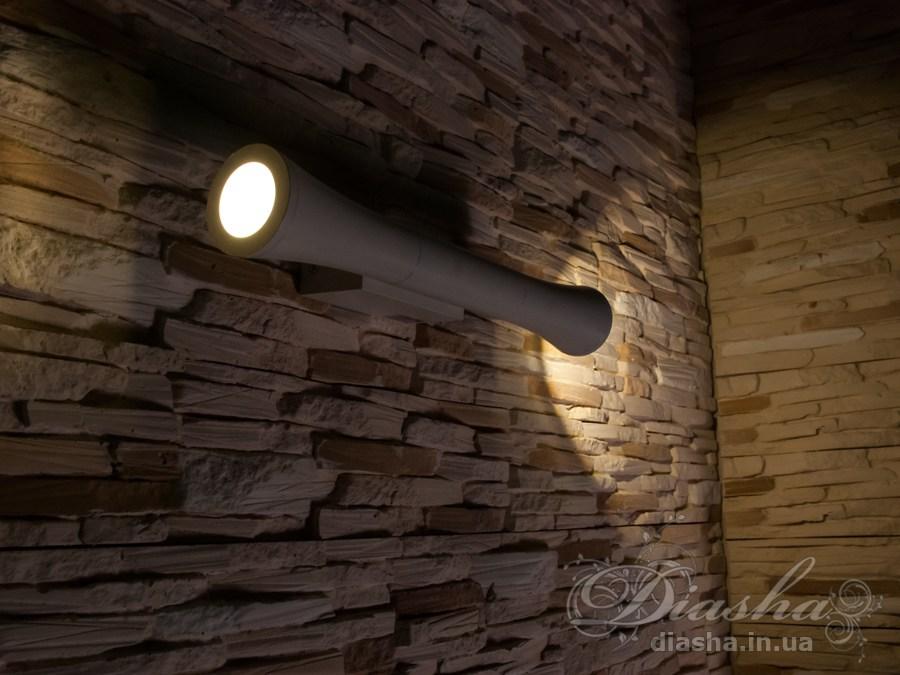 Фасадный светильник обладает малыми размерами и высокой светоотдачей. Угол раскрытия луча °. Не выделяется на фасаде днём, при этом способен полностью изменить облик здания ночью. В отличии от своих предшественников светодиодные светильники для архитектурной подсветки практически не выступают от стены, а значит свет практически полностью распространяется в плоскости стены. Не попадает на оконные откосы, и соответственно, не приводит к световому загрязнению помещений внутри здания как обычные уличные фонари. Пространство перед светильником мягко освещается светом отраженным от поверхности стены. Такие светильники не создают дискомфорта для глаз в тёмное время суток. Также может быть использован в помещении. В современном интерьере такой светильник создаст непринужденное боковое освещение, и станет стильной заменой обычных бра.