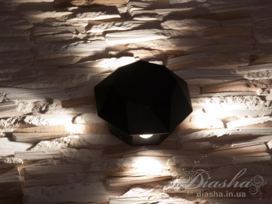 Многолучевой фасадный светильник обладает малыми размерами и высокой светоотдачей. Угол раскрытия луча 55°.Качественный, удобный, исполненный в современном стиле светильник может украсить фасад любого здания. Такие светильники идеально подходят для подсветки фасадных стен офисных зданий, магазинов и ресторанов. Направленный свет данных светильников добавит изюминку даже самой простой ровной белой стене.Не выделяется на фасаде днём, при этом способен полностью изменить облик здания ночью. В отличии от своих предшественников светодиодные светильники для архитектурной подсветки практически не выступают от стены, а значит свет практически полностью распространяется в плоскости стены. Не попадает на оконные откосы, и соответственно, не приводит к световому загрязнению помещений внутри здания как обычные уличные фонари.Пространство перед светильником мягко освещается светом отраженным от поверхности стены. Такие светильники не создают дискомфорта для глаз в тёмное время суток.Также может быть использован в помещении. В современном интерьере такой светильник создаст непринужденное боковое освещение, и станет стильной заменой обычных бра.