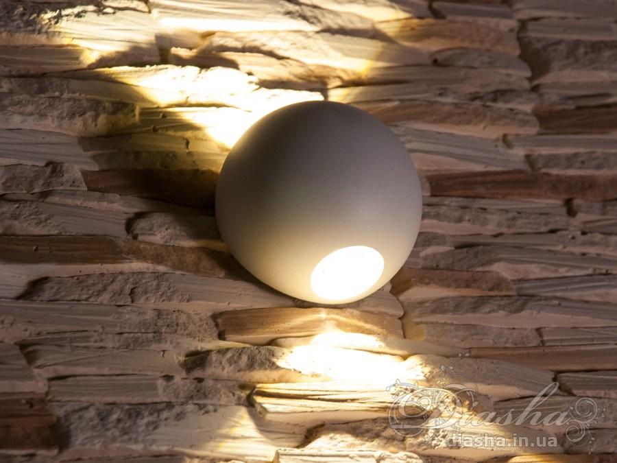 Многолучевой фасадный светильник обладает малыми размерами и высокой светоотдачей. Угол раскрытия луча 90°.Качественный, удобный, исполненный в современном стиле светильник может украсить фасад любого здания. Такие светильники идеально подходят для подсветки фасадных стен офисных зданий, магазинов и ресторанов. Направленный свет данных светильников добавит изюминку даже самой простой ровной белой стене.Не выделяется на фасаде днём, при этом способен полностью изменить облик здания ночью. В отличии от своих предшественников светодиодные светильники для архитектурной подсветки практически не выступают от стены, а значит свет практически полностью распространяется в плоскости стены. Не попадает на оконные откосы, и соответственно, не приводит к световому загрязнению помещений внутри здания как обычные уличные фонари.Пространство перед светильником мягко освещается светом отраженным от поверхности стены. Такие светильники не создают дискомфорта для глаз в тёмное время суток.Также может быть использован в помещении. В современном интерьере такой светильник создаст непринужденное боковое освещение, и станет стильной заменой обычных бра.