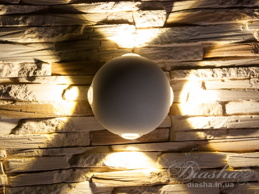 Многолучевой фасадный светильник обладает малыми размерами и высокой светоотдачей. Угол раскрытия луча 90°. Качественный, удобный, исполненный в современном стиле светильник может украсить фасад любого здания. Такие светильники идеально подходят для подсветки фасадных стен офисных зданий, магазинов и ресторанов. Направленный свет данных светильников добавит изюминку даже самой простой ровной белой стене. Не выделяется на фасаде днём, при этом способен полностью изменить облик здания ночью. В отличии от своих предшественников светодиодные светильники для архитектурной подсветки практически не выступают от стены, а значит свет практически полностью распространяется в плоскости стены. Не попадает на оконные откосы, и соответственно, не приводит к световому загрязнению помещений внутри здания как обычные уличные фонари. Пространство перед светильником мягко освещается светом отраженным от поверхности стены. Такие светильники не создают дискомфорта для глаз в тёмное время суток. Также может быть использован в помещении. В современном интерьере такой светильник создаст непринужденное боковое освещение, и станет стильной заменой обычных бра.