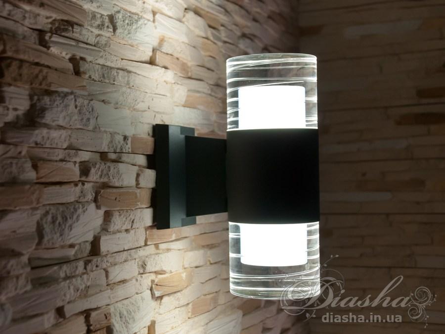 Цей настінний вуличний світильник обладнаний штирьковим патроном із захистом від випадання. Штирі-контакти виконані у формі гвоздика з капелюшком, при вставлянні в патрон лампу необхідно буде провернути і тоді вона надійно зафіксується.  Якісний, зручний, сповнений в сучасному стилі світильник може прикрасити фасад будь-якої будівлі. Такі світильники ідеально підходять для підсвічування фасадних стін офісних будівель, магазинів і ресторанів. Спрямоване світло даних світильників додасть родзинку навіть найпростішої рівної білій стіні.