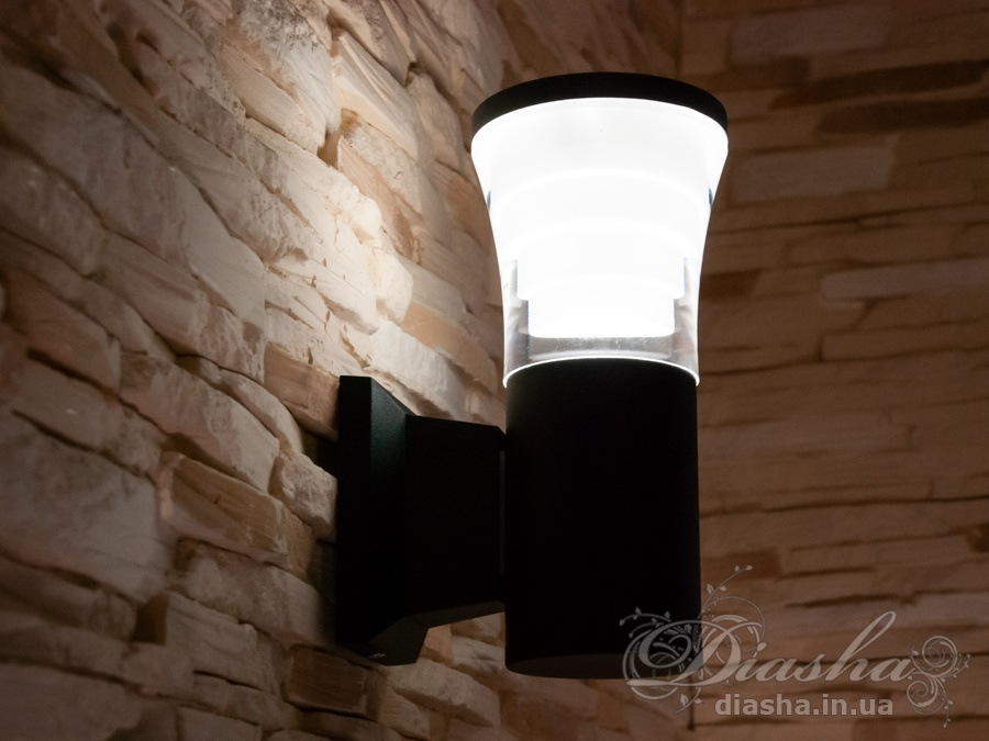 Качественный, удобный, исполненный в современном стиле светильник может украсить фасад любого здания. Направленный свет данных светильников добавит изюминку даже самой простой ровной белой стене.Двухлучевой фасадный светильник обладает малыми размерами и высокой светоотдачей. Угол раскрытия луча 90°.Не выделяется на фасаде днём, при этом способен полностью изменить облик здания ночью. В отличии от своих предшественников светодиодные светильники для архитектурной подсветки практически не выступают от стены, а значит свет практически полностью распространяется в плоскости стены. Не попадает на оконные откосы, и соответственно, не приводит к световому загрязнению помещений внутри здания как обычные уличные фонари.Пространство перед светильником мягко освещается светом отраженным от поверхности стены. Такие светильники не создают дискомфорта для глаз в тёмное время суток.Также может быть использован в помещении. В современном интерьере такой светильник создаст непринужденное боковое освещение, и станет стильной заменой обычных бра.