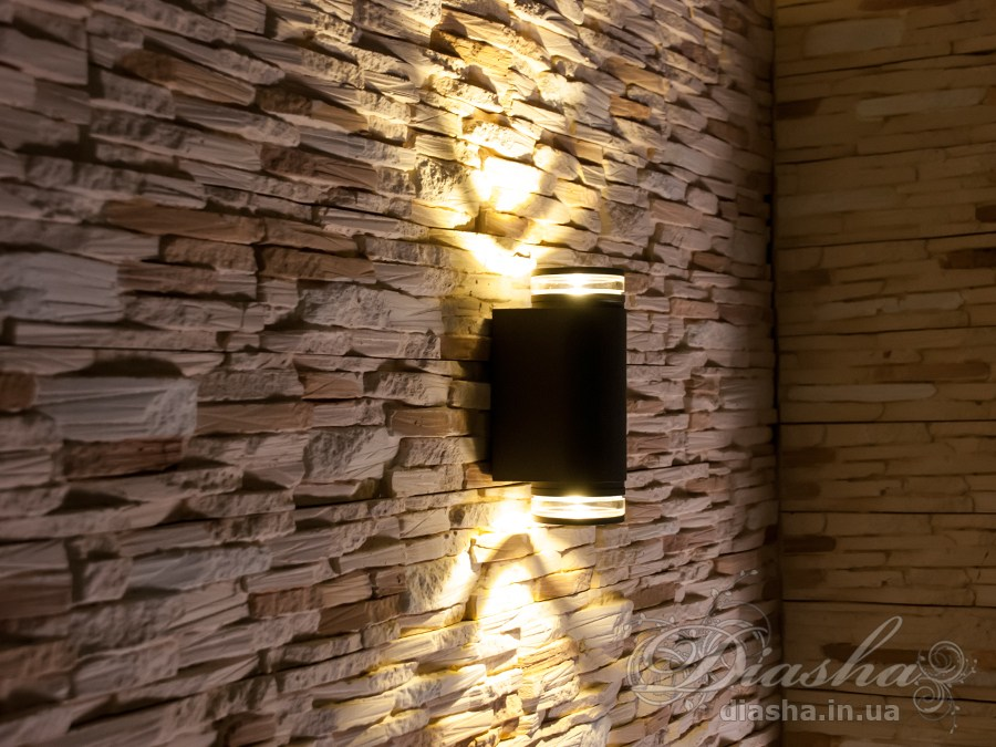 Фасадный светильник обладает малыми размерами и высокой светоотдачей. Угол раскрытия луча °.Не выделяется на фасаде днём, при этом способен полностью изменить облик здания ночью. В отличии от своих предшественников светодиодные светильники для архитектурной подсветки практически не выступают от стены, а значит свет практически полностью распространяется в плоскости стены. Не попадает на оконные откосы, и соответственно, не приводит к световому загрязнению помещений внутри здания как обычные уличные фонари.Пространство перед светильником мягко освещается светом отраженным от поверхности стены. Такие светильники не создают дискомфорта для глаз в тёмное время суток.Также может быть использован в помещении. В современном интерьере такой светильник создаст непринужденное боковое освещение, и станет стильной заменой обычных бра.