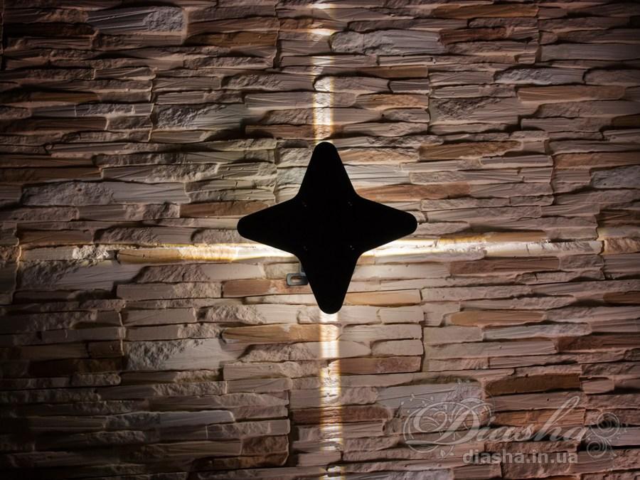 Многолучевой фасадный светильник обладает малыми размерами и высокой светоотдачей. Угол раскрытия луча 10°.Качественный, удобный, исполненный в современном стиле светильник может украсить фасад любого здания. Такие светильники идеально подходят для подсветки фасадных стен офисных зданий, магазинов и ресторанов. Направленный свет данных светильников добавит изюминку даже самой простой ровной белой стене.Не выделяется на фасаде днём, при этом способен полностью изменить облик здания ночью. В отличии от своих предшественников светодиодные светильники для архитектурной подсветки практически не выступают от стены, а значит свет практически полностью распространяется в плоскости стены. Не попадает на оконные откосы, и соответственно, не приводит к световому загрязнению помещений внутри здания как обычные уличные фонари.Пространство перед светильником мягко освещается светом отраженным от поверхности стены. Такие светильники не создают дискомфорта для глаз в тёмное время суток.Также может быть использован в помещении. В современном интерьере такой светильник создаст непринужденное боковое освещение, и станет стильной заменой обычных бра.
