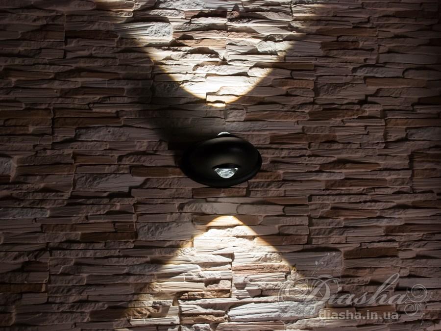 Фасадный светильник обладает малыми размерами и высокой светоотдачей. Угол раскрытия луча 90°. Не выделяется на фасаде днём, при этом способен полностью изменить облик здания ночью. В отличии от своих предшественников светодиодные светильники для архитектурной подсветки практически не выступают от стены, а значит свет практически полностью распространяется в плоскости стены. Не попадает на оконные откосы, и соответственно, не приводит к световому загрязнению помещений внутри здания как обычные уличные фонари. Пространство перед светильником мягко освещается светом отраженным от поверхности стены. Такие светильники не создают дискомфорта для глаз в тёмное время суток. Также может быть использован в помещении. В современном интерьере такой светильник создаст непринужденное боковое освещение, и станет стильной заменой обычных бра.