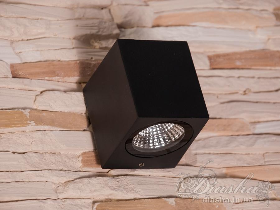 Однолучевой фасадный светильник обладает малыми размерами и высокой светоотдачей. Угол раскрытия луча 90°.Не выделяется на фасаде днём, при этом способен полностью изменить облик здания ночью. В отличии от своих предшественников светодиодные светильники для архитектурной подсветки практически не выступают от стены, а значит свет практически полностью распространяется в плоскости стены. Не попадает на оконные откосы, и соответственно, не приводит к световому загрязнению помещений внутри здания как обычные уличные фонари.Пространство перед светильником мягко освещается светом отраженным от поверхности стены. Такие светильники не создают дискомфорта для глаз в тёмное время суток.Также может быть использован в помещении. В современном интерьере такой светильник создаст непринужденное боковое освещение, и станет стильной заменой обычных бра.
