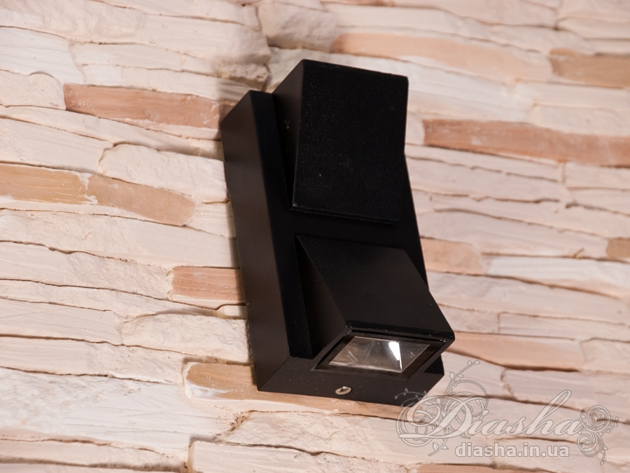 Качественный, удобный, исполненный в современном стиле светильник может украсить фасад любого здания.Двухлучевой фасадный светильник обладает малыми размерами и высокой светоотдачей. Угол раскрытия луча 120°.Не выделяется на фасаде днём, при этом способен полностью изменить облик здания ночью. В отличии от своих предшественников светодиодные светильники для архитектурной подсветки практически не выступают от стены, а значит свет практически полностью распространяется в плоскости стены. Не попадает на оконные откосы, и соответственно, не приводит к световому загрязнению помещений внутри здания как обычные уличные фонари.Пространство перед светильником мягко освещается светом отраженным от поверхности стены. Такие светильники не создают дискомфорта для глаз в тёмное время суток.Также может быть использован в помещении. В современном интерьере такой светильник создаст непринужденное боковое освещение, и станет стильной заменой обычных бра.