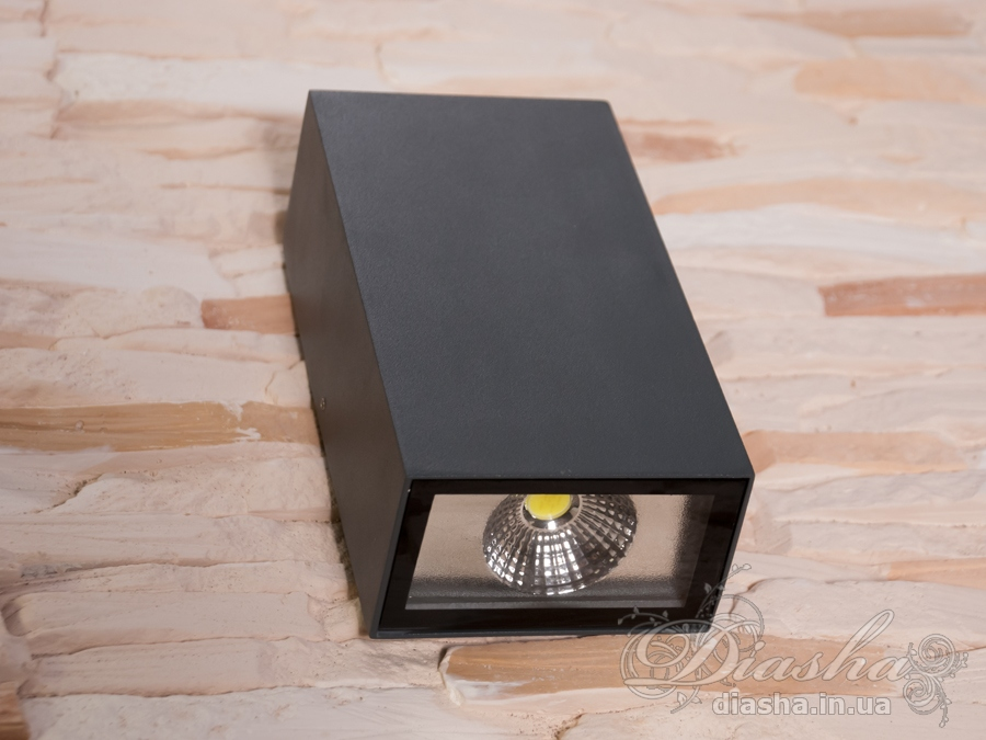 Качественный, удобный, исполненный в современном стиле светильник может украсить фасад любого здания. Двухлучевой фасадный светильник обладает малыми размерами и высокой светоотдачей. Угол раскрытия луча 120°. Не выделяется на фасаде днём, при этом способен полностью изменить облик здания ночью. В отличии от своих предшественников светодиодные светильники для архитектурной подсветки практически не выступают от стены, а значит свет практически полностью распространяется в плоскости стены. Не попадает на оконные откосы, и соответственно, не приводит к световому загрязнению помещений внутри здания как обычные уличные фонари.Пространство перед светильником мягко освещается светом отраженным от поверхности стены. Такие светильники не создают дискомфорта для глаз в тёмное время суток. Также может быть использован в помещении. В современном интерьере такой светильник создаст непринужденное боковое освещение, и станет стильной заменой обычных бра.