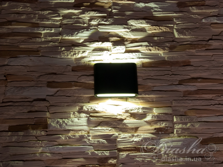 Качественный, удобный, исполненный в современном стиле светильник может украсить фасад любого здания.Двухлучевой фасадный светильник обладает малыми размерами и высокой светоотдачей. Угол раскрытия луча 120°, с мягким световым контуром.Не выделяется на фасаде днём, при этом способен полностью изменить облик здания ночью. В отличии от своих предшественников светодиодные светильники для архитектурной подсветки практически не выступают от стены, а значит свет практически полностью распространяется в плоскости стены. Не попадает на оконные откосы, и соответственно, не приводит к световому загрязнению помещений внутри здания как обычные уличные фонари.Пространство перед светильником мягко освещается светом отраженным от поверхности стены. Такие светильники не создают дискомфорта для глаз в тёмное время суток.Также может быть использован в помещении. В современном интерьере такой светильник создаст непринужденное боковое освещение, и станет стильной заменой обычных бра.