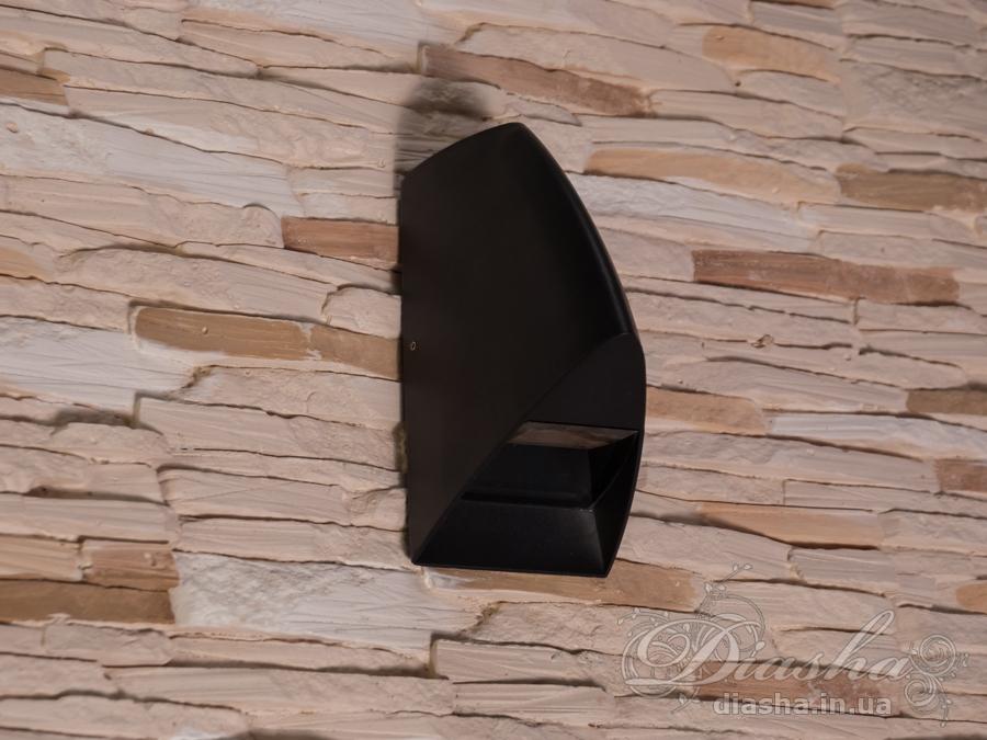 Двухлучевой фасадный светильник обладает малыми размерами и высокой светоотдачей. Угол раскрытия луча 80°. Не выделяется на фасаде днём, при этом способен полностью изменить облик здания ночью. В отличии от своих предшественников светодиодные светильники для архитектурной подсветки практически не выступают от стены, а значит свет практически полностью распространяется в плоскости стены. Не попадает на оконные откосы, и соответственно, не приводит к световому загрязнению помещений внутри здания как обычные уличные фонари.Пространство перед светильником мягко освещается светом отраженным от поверхности стены. Такие светильники не создают дискомфорта для глаз в тёмное время суток.Также может быть использован в помещении. В современном интерьере такой светильник создаст непринужденное боковое освещение, и станет стильной заменой обычных бра.