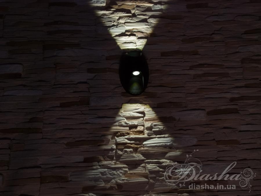 Качественный, удобный, исполненный в современном стиле светильник может украсить фасад любого здания.Однолучевой фасадный светильник обладает малыми размерами и высокой светоотдачей. Угол раскрытия луча 60°. Контрастный луч.Не выделяется на фасаде днём, при этом способен полностью изменить облик здания ночью. В отличии от своих предшественников светодиодные светильники для архитектурной подсветки практически не выступают от стены, а значит свет практически полностью распространяется в плоскости стены. Не попадает на оконные откосы, и соответственно, не приводит к световому загрязнению помещений внутри здания как обычные уличные фонари.Пространство перед светильником мягко освещается светом отраженным от поверхности стены. Такие светильники не создают дискомфорта для глаз в тёмное время суток.Также может быть использован в помещении. В современном интерьере такой светильник создаст непринужденное боковое освещение, и станет стильной заменой обычных бра.