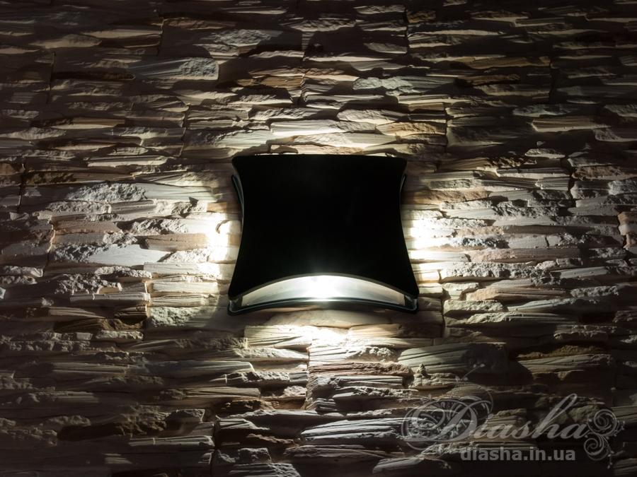 Качественный, удобный, исполненный в современном стиле светильник может украсить фасад любого здания. Такие светильники идеально подходят для подсветки фасадных стен офисных зданий, магазинов и ресторанов. Многолучевой фасадный светильник обладает малыми размерами и высокой светоотдачей. Угол раскрытия луча 90°. Не выделяется на фасаде днём, при этом способен полностью изменить облик здания ночью. В отличии от своих предшественников светодиодные светильники для архитектурной подсветки практически не выступают от стены, а значит свет практически полностью распространяется в плоскости стены. Не попадает на оконные откосы, и соответственно, не приводит к световому загрязнению помещений внутри здания как обычные уличные фонари. Пространство перед светильником мягко освещается светом отраженным от поверхности стены. Такие светильники не создают дискомфорта для глаз в тёмное время суток.