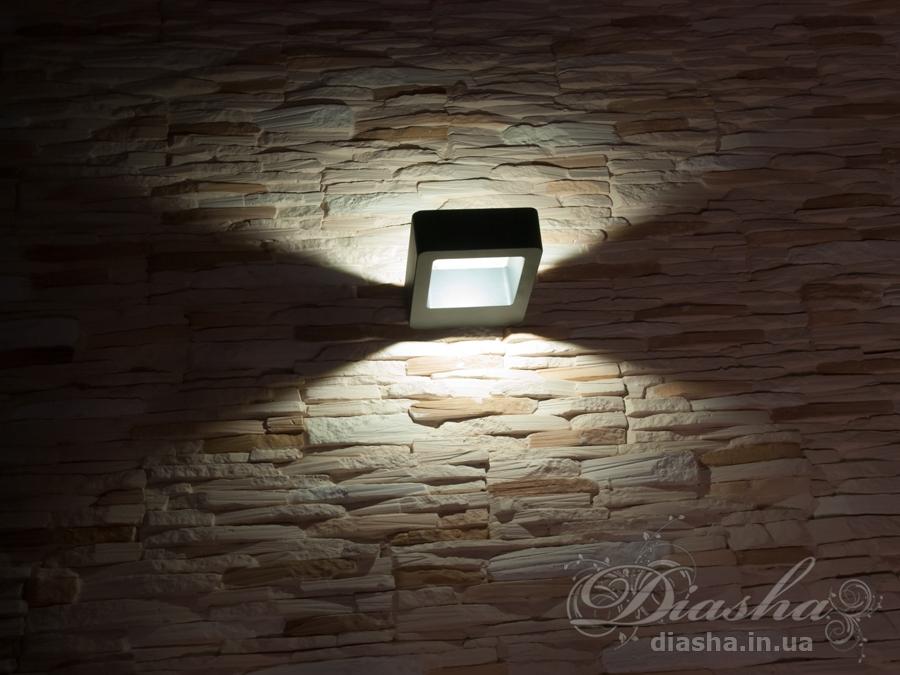 Двухсторонний фасадный светильник обладает малыми размерами и высокой светоотдачей. Угол раскрытия луча 135°. Не имеет видимых источников света!Не выделяется на фасаде днём, при этом способен полностью изменить облик здания ночью. В отличии от своих предшественников светодиодные светильники для архитектурной подсветки практически не выступают от стены, а значит свет практически полностью распространяется в плоскости стены. Не попадает на оконные откосы, и соответственно, не приводит к световому загрязнению помещений внутри здания как обычные уличные фонари.Пространство перед светильником мягко освещается светом отраженным от поверхности стены. Такие светильники не создают дискомфорта для глаз в тёмное время суток.Также может быть использован в помещении. В современном интерьере такой светильник создаст непринужденное боковое освещение, и станет стильной заменой обычных бра.