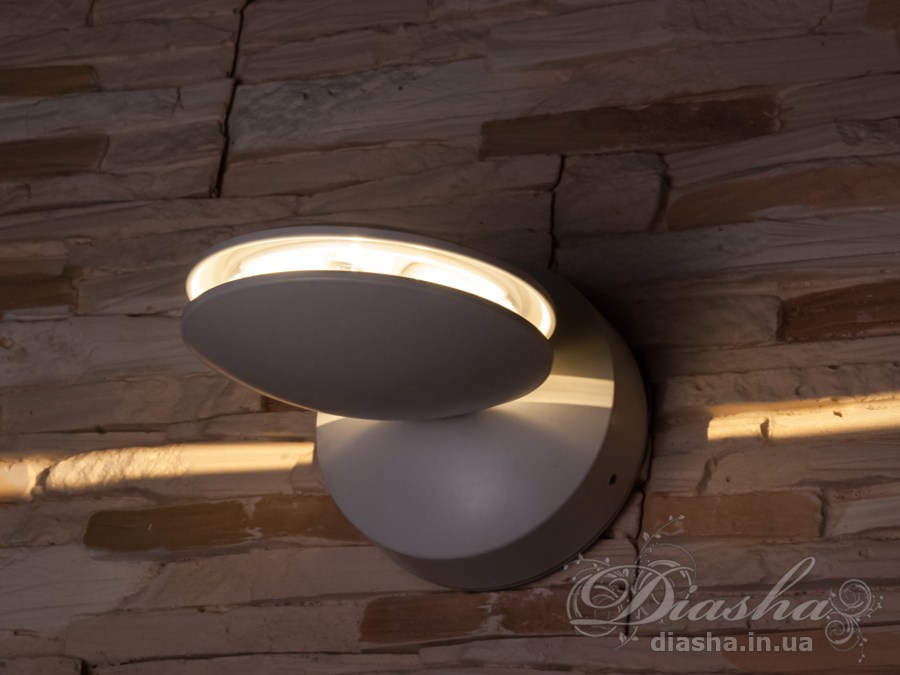 Качественный, удобный, исполненный в современном стиле светильник может украсить фасад любого здания. Направленный свет данных светильников добавит изюминку даже самой простой ровной белой стене.Светильник формирует плоский луч, идеален для создания горизонтальных или вертикальных акцентов.Ширина луча на расстоянии 4 метра - 15см!Не выделяется на фасаде днём, при этом способен полностью изменить облик здания ночью. В отличии от своих предшественников светодиодные светильники для архитектурной подсветки практически не выступают от стены, а значит свет практически полностью распространяется в плоскости стены. Не попадает на оконные откосы, и соответственно, не приводит к световому загрязнению помещений внутри здания как обычные уличные фонари.Пространство перед светильником мягко освещается светом отраженным от поверхности стены. Такие светильники не создают дискомфорта для глаз в тёмное время суток.Также может быть использован в помещении. В современном интерьере такой светильник создаст непринужденное боковое освещение, и станет стильной заменой обычных бра.