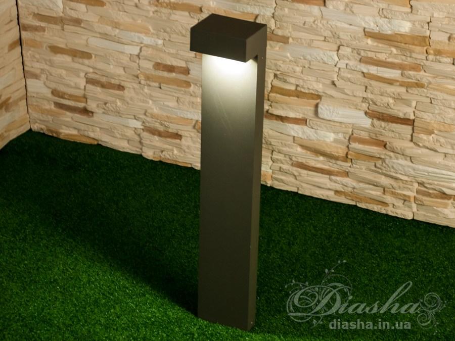 Качественный, удобный, исполненный в современном стиле, светильник может украсить парковую зону у любого здания. Такие светильники идеально подходят для подсветки летних площадок кафе и ресторанов, садовых дорожек, газонов и стоянок, создавая во всех этих местах качественную, не слепящую подсветку. Используя светодиодные парковые фонари, можно создать совершенно новый ночной облик вашего сада. СветильникиBallard получили своё название в честь автоматического препятствия, выдвигающегося из под земли перед автомобилем. И в первое время создавались тоже с механизмом подъёма из земли. В дальнейшем от боллардов осталась только форма светильника. Ландшафтным дизайнерам пришлись по душе минималистические контуры светильников из окружностей, квадратов и прямых линий. Сейчас такие светильники с настоящими боллардами часто объединяет и сфера применения - прочные надёжные светодиодные светильники устанавливают на парковках и подъездных путях. В отличии от светильников на солнечных батареях полноценные светодиодные светильники: работают когда вам необходимо в не зависимости от погоды и сезона; не боятся холодов - их не надо на зиму прятать в дом; могут быть подключены к таймеру и/или детектору движения; светят гораздо ярче; не требуют замены аккумулятора.Светильник предназначен для равномерного не ослепляющего освещения садового участка, парковки или террасы.Источник света скрыт от глаз надёжным аллюминиевым корпусом. Весь световой поток направлен в сторону земли.