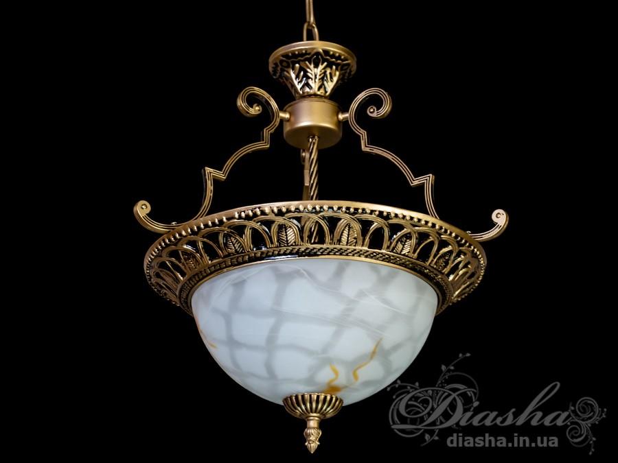Новое решение в оригинальном освещении прихожей, кухни, небольшой гостиной - светлая и аккуратная люстра в античном стиле. Высокая и лаконичная подвесная цепь, ажурное плетение металлической части и нежное благородство очаровательного плафона – вместе это непревзойденная строгость и красота матового стекла и металла. Кстати, если у Вас невысокие потолки, Вы очень легко и просто решите эту проблему – достаточно всего лишь снять несколько лишних звеньев. Такую люстру можно повесить и над столиками в уютном кафе или баре. Это сразу же придаст новое очарование всему интерьеру. Поистине, классика всегда в моде и никогда не подведет!