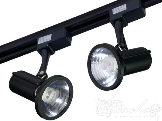 Энергосберегающий прожектор для подсветки витрин, торговых залов выставок. Установка на рейку и возможность поворота на 360 градусов позволяет упростить подсветку любых торговых площадей.  Прожектор на люминисцентных лампах экономнее обычного в 5 раз, но при этом его стоимость такаяже как и у галогенового прожектора!!!!!Для закрепления на рейке крепление вставляется в рейку под углом 90градусов к нормальному положению и затем фиксируется поворотом на 90 градусов против часовой стрелки.  Токоведущая шина в рейке расположена в специальном углублении что практически исключает возможность поражения током.  Поставляется в 2х комплектациях: с лампами природного света и лампами теплобелого света