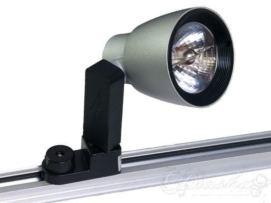 Галогеновый прожектор для подсветки витрин, торговых залов выставок. Установка на рейку и возможность поворота на 360 градусов позволяет упростить подсветку любых торговых площадей.  Теплый свет, с большим цветовых охватом выгодно подчеркнет любой товар. Для закрепления на рейке крепление вставляется в рейку под углом 90градусов к нормальному положению и затем фиксируется поворотом на 90 градусов против часовой стрелки.  Токоведущая шина в рейке расположена в специальном углублении что практически исключает возможность поражения током.