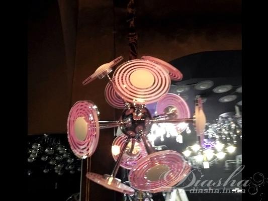 Перед Вами совсем новое и необычное исполнение плафонов, обрамляющих LED лампы. Такая люстра запросто подойдет под любой интерьер – классический, современный и даже в стиле «хай-тек». Её главное украшение и преимущество – светодиодная подсветка. Она имеет следующие режимы: перелив - плавный переход синий-розовый-красный-розовый-синий, смена цветов - синий-розовый-красный горят по выбору от 1 до 5 секунд, а также остановленный цвет. Все управление светодиодами производится при помощи одной кнопки на пульте!К тому же, светодиодную подсветку можно использовать в качестве ночного освещения - ведь светодиоды, в отличие от всех прочих типов осветительных приборов, не мерцают, имеют низкое тепловыделение, благодаря чему пожаробезопасны и практически вся потребленная энергия превращается в свет, что является конкретной экономией. Эта люстра запросто создаст в Вашей квартире любое освещение - от яркой феерии праздника до таинственного полумрака!