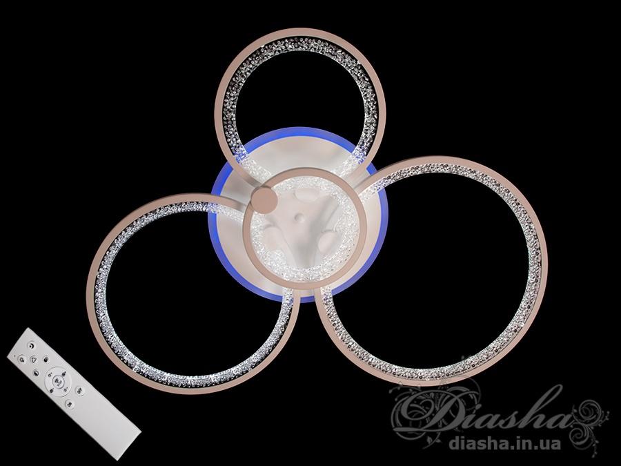 Перед Вами самый гармоничный вариант светодиодной люстры! Больше нет нужды задумываться о том, будет ли сочитаться матовый акриловый рассеватель с вашим потолком. Новые плафоны выполнены из прозрачного акрила с декоративными пузырьками. Через прозрачные акриловые плафоны просвечивает цвет потолка, при этом включенная люстра оставит на потолке неповторимый узор из бликов и теней. Люстра с современными акриловыми плафонами освежит любое помещение.Большая площадь рассеивателей дарит мягкий и равномерный свет по всему помещению.Эффект мягкого освещения очень важен в помещениях где часто находятся дети! Еще одним неоспаримым преимуществом этой светодиодной люстры для детской комнаты является отсутствие стеклянных элементов.В комплекте с люстрой идёт самый современный тип пульта с электронным диммером и регулятором цвета. С пульта можно включить один из предустановленных режимов освещения - тёплый свет, холодный свет, нейтральный; включить режим