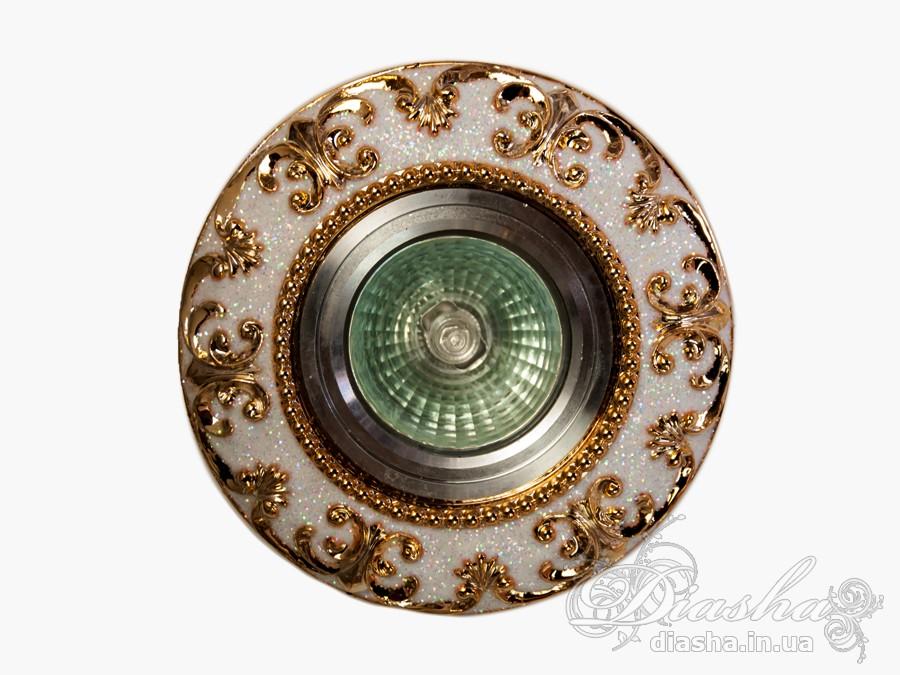 Точечные светильники из гипса идеально дополняют классический интерьер. Сочетая лепные софиты с багетами и розеткой под люстру, можно добиться гармонии и совершенства в деталях. В этих светильниках можно использовать галогеновые или светодиодные лампы на 12 и 220 вольт. Более экономиными лампами являются светодиодные. У них большой срок службы и маленькое потребление электроэнергии. При использовании светодиодных или галогеновых ламп на напряжение 12В, необходимо использование трансформатора.