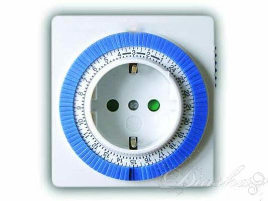 """Установка времени. Вращайте циферблат по часовой стрелке, пока стрелка не укажет на текущее время. Часы отмечены по краю диска в 24-х часовом формате. Каждое деление между цифрами соответствует 15 минутам. Установка таймера.  Таймер устанавливается нажатием черных (синих) сегментов, расположенных вокруг циферблата. Каждый сегмент составляет 15 минут. Пример. Один сегмент нажат на цифре 16. Таймер включит нужный электроприбор в 16:00 и выключит в 16:15. На период 24-х часов можно устанавливать до 96 программ таймера. Чтобы поставить сегмент в режим """"включено"""", нажмите на выбранный сегмент шариковой ручкой, отверткой или подобным предметом, а чтобы выключить – отожмите."""